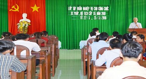 Đồng chí Phạm Văn Chính - Phó Giám đốc Sở Tư pháp phát biểu tại lễ bế giảng