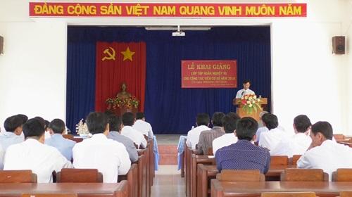 Ông Nguyễn Văn Thực - Trưởng Ban Tuyên giáo huyện ủy, Giám đốc Trung tâm Bồi dưỡng chính trị huyện phát biểu khai giảng