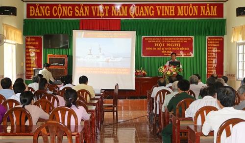 Trung tá Nguyễn Xuân Trường - Đoàn trưởng Đoàn Trinh sát số 2 - Bộ Tư lệnh Cảnh sát biển Việt Nam báo cáo tại thị trấn Vàm Láng, huyện Gò Công Đông