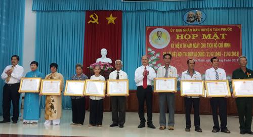 Lãnh đạo huyện Tân Phước trao các danh hiệu cho các cá nhân