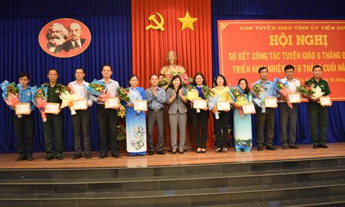 """Trao Kỷ niệm chương """"Vì sự nghiệp Tuyên giáo"""" tại hội nghị sơ kết công tác tuyên giáo tỉnh Tiền Giang 6 tháng đầu năm 2018"""