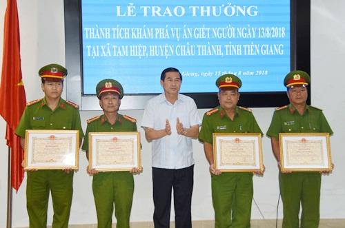 Ông Lê Văn Hưởng - Chủ tịch Ủy ban nhân dân tỉnh Tiền Giang trao giấy khen cho 4 tập thể