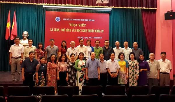 Nhà thơ Hữu Thỉnh - Chủ tịch Liên hiệp các Hội Văn học nghệ thuật Việt Nam (hàng đầu, thứ 7 từ trái sang) chụp ảnh lưu niệm cùng các trại viên