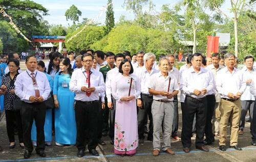Các đại biểu và giáo viên, học sinh thắp hương tưởng nhớ liệt sĩ Phan Việt Thống