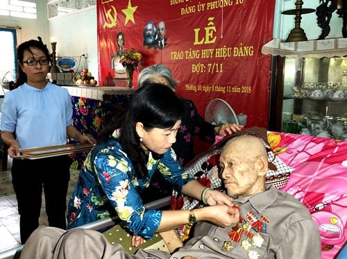 Đồng chí Châu Thị Mỹ Phương trao huy hiệu 65 năm tuổi Đảng cho đảng viên Phạm Văn Đúng