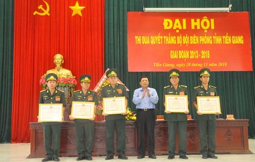 Đồng chí Nguyễn Văn Thắng, UVBTV, Trưởng Ban Nội chính Tỉnh ủy tặng bằng khen cho những tập thể có thành tích xuất sắc trong phong trào thi đua Quyết thắng giai đoạn 2013-2018
