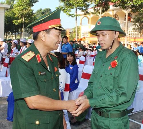 Thiếu tướng Đoàn Thanh Xuân, Ủy viên Thường vụ Đảng ủy Quân khu, Phó Chính ủy QK 9 thăm hỏi, động viên thanh niên thành phố Mỹ Tho lên đường nhập ngũ