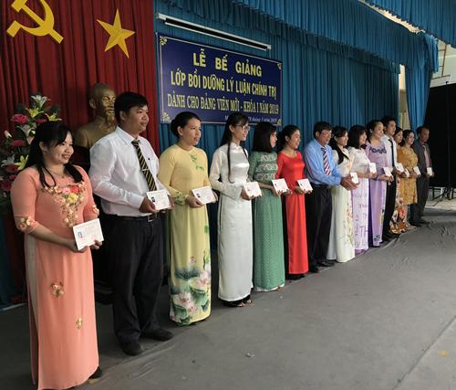 Trao giấy chứng nhận cho các học viên hoàn thành khóa học