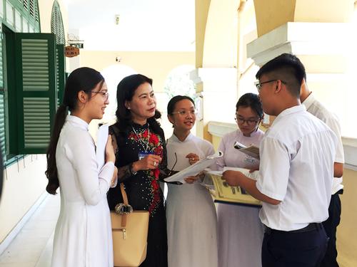 Cô Hiền trao đổi bài với học sinh