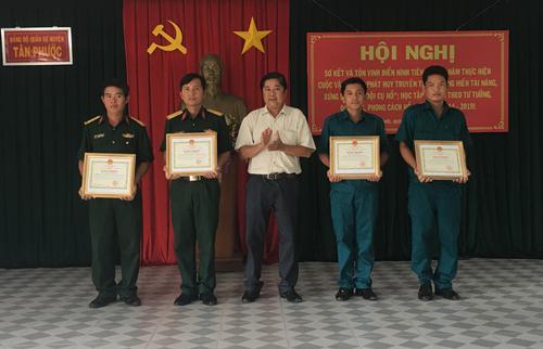 Đồng chí Nguyễn Thanh Quý - Chủ tịch UBND huyện tặng giấy khen cho các cá nhân có thành tích xuất sắc
