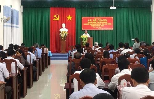 Đồng chí Trần Long Thôn, Ủy viên Ban Thường vụ Tỉnh ủy trực, Trưởng Ban Dân vận Tỉnh ủy phát biểu bế giảng lớp
