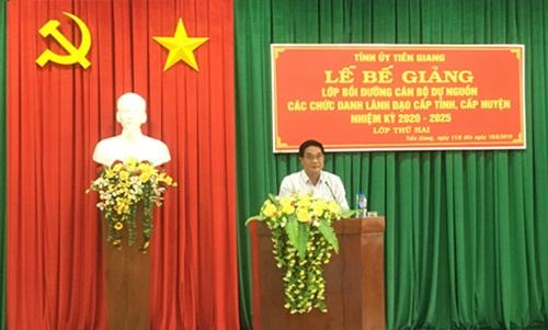 Đồng chí Nguyễn Văn Nhã, Ủy viên Ban Thường vụ Tỉnh ủy, Trưởng Ban Tổ chức Tỉnh ủy phát biểu bế giảng lớp
