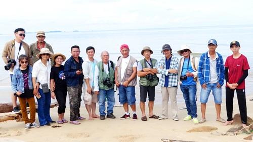 Các nghệ sĩ nhiếp ảnh chụp hình lưu niệm tại bãi An Thới