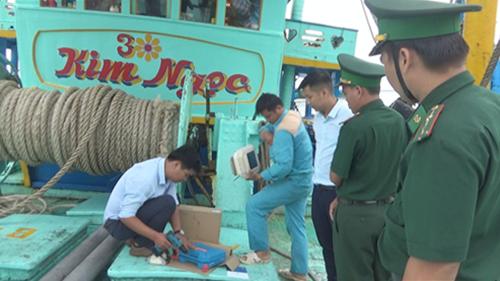 Nhân viên Viettel lắp đặt thiết bị giám sát tàu cá cho ngư dân thị trấn Vàm Láng, huyện Gò Công Đông