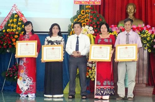 Ông Lê Văn Vũ, Phó Chủ tịch UBND thị xã Cai Lậy, khen thưởng 4 đơn vị hoàn thành xuất sắc nhiệm vụ năm học 2018-2019