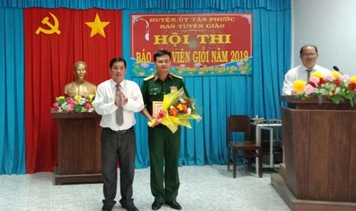 Đồng chí Phạm Văn Hoàng, Trưởng Ban Tuyên giáo Huyện ủy trao giấy khen cho thí sinh Huỳnh Văn Nhựt