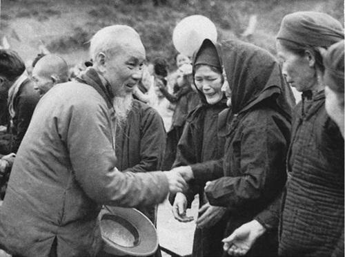 Bác Hồ về thăm bà con Pác Bó (Hà Quảng, Cao Bằng) tháng 2-1961. Ảnh tư liệu