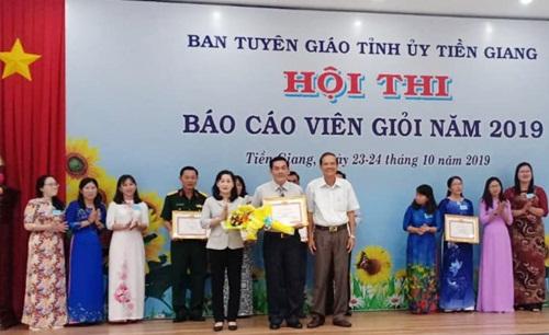Trưởng Ban Tuyên giáo Tỉnh ủy trao giải nhất cho thí sinh Nguyễn Thành Bương