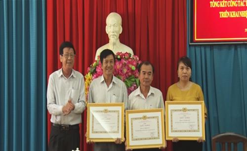 Đồng chí Nguyễn Tấn Hùng - Phó Bí thư Thường trực Thị ủy trao giấy khen cho các tập thể