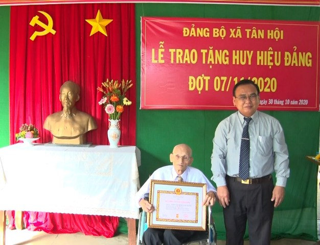 Đ/c Võ Văn Bình, Phó bí thư TTTU trao tặng Huy hiệu 75 tuổi Đảng.