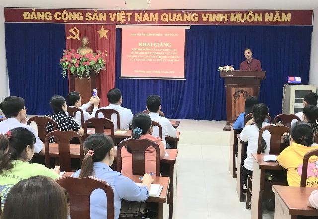 Đồng chí Nguyễn Thanh Hiền - Phó Trưởng Ban Thường trực Ban Tuyên giáo Tỉnh ủy, phát biểu lễ khai giảng.