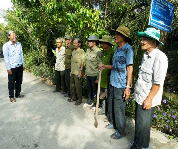 Ông Nguyễn Văn Giữ (bìa trái) phổ biến kế hoạch vệ sinh môi trường cho hội viên.